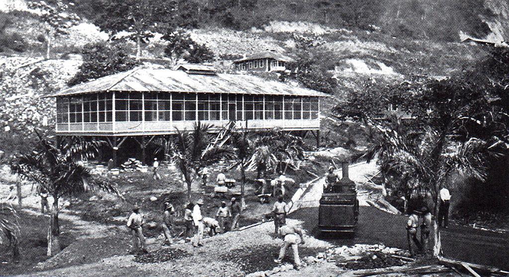 Equipo de obreros de William Phillips, construyendo calles de concreto asfáltico