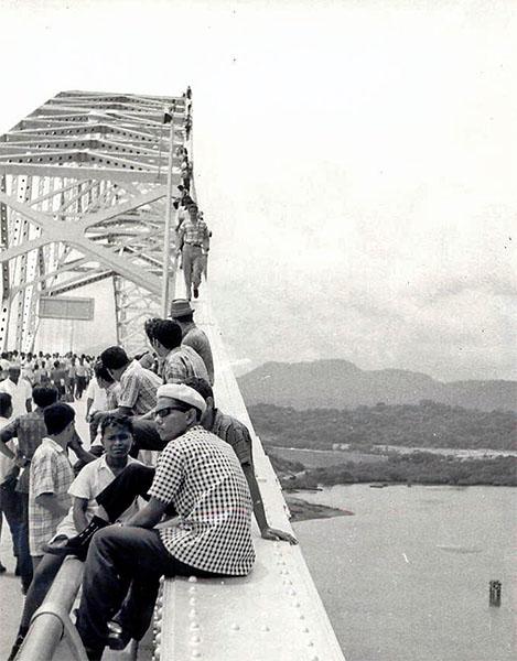 Panameños-se-toman-el-Puente-de-las-Americas-en-su-inauguración