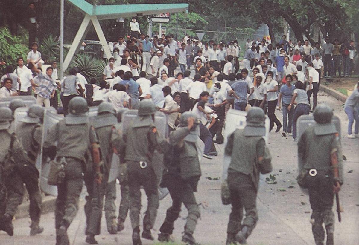 Unidades Dobermans reprimen en afueras de Iglesia del Carmen