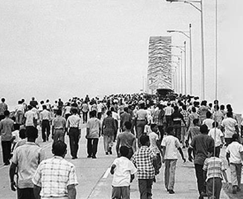 multitud-caminando-por-el-recien-inaugurado-puente-de-las-americas