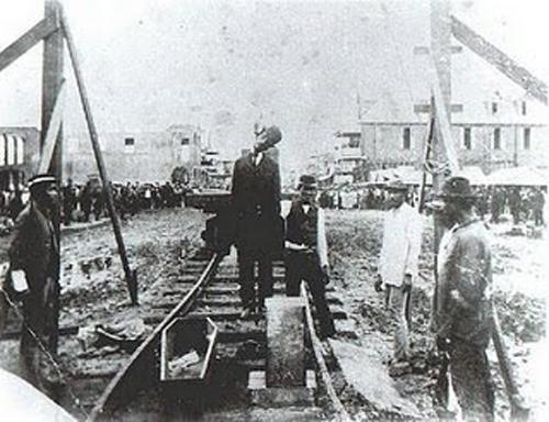 Pedro Prestán en la horca luego de ser acusado del incendio.