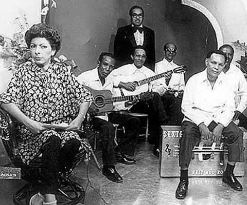 Mayín-Correa-en-la-década-del-70-izquierda-cuando-dirigía-el-programa-televisivo-Edición-Especial
