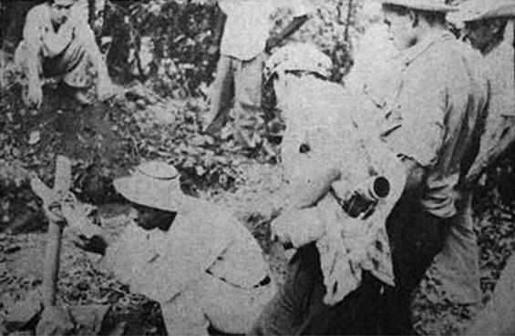 algunos combatientes visitan las tumbas de los caidos