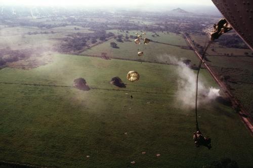 operacion causa justa 11 - soldados paracaidas afueras de la ciudad