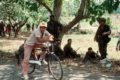operacion causa justa 12 - joven bicicleta soldados gringos