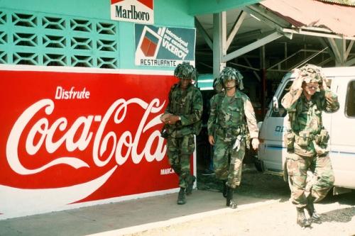 operacion causa justa 9 - soldados gringos salen de restaurante
