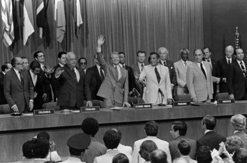 tratados torrijos carter - jimmy carter saluda durante ratificacion 1978